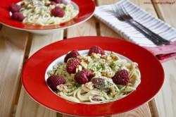 Spaghetti z gorgonzolą, orzechami włoskimi i malinami