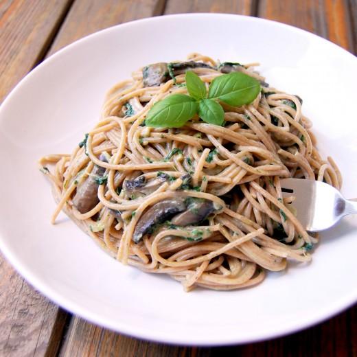 Spaghetti ze szpinakiem, pieczarkami i twarożkiem