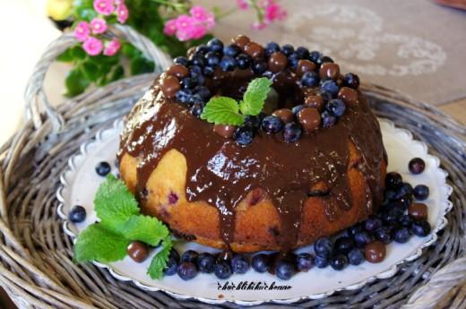 babka wielkanocna z jagodami i czekolada