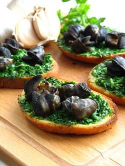 Ślimaki na pietruszkowo – czosnkowych grzankach