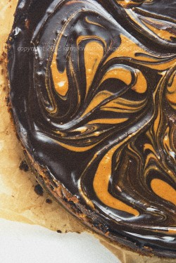 Sernik czekoladowy z masłem orzechowym