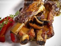 Aromatyczne żeberka w grzybowym sosie ze śliwkami Iwony