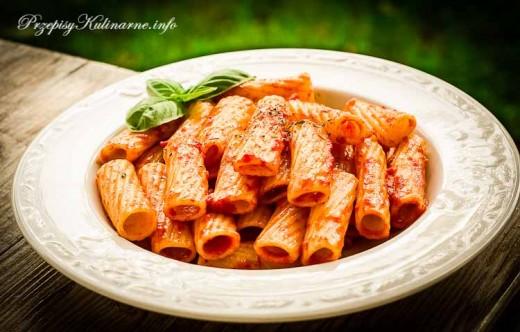 Rurki z sosem pomidorowym