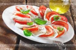 Sałatka z mozzarelli i pomidorów i bazylii