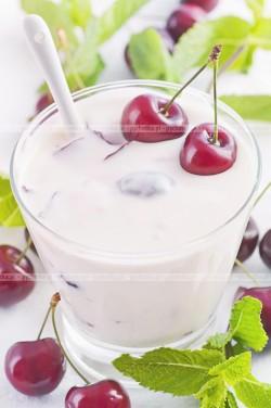Wiśnie w jogurtowej galaretce