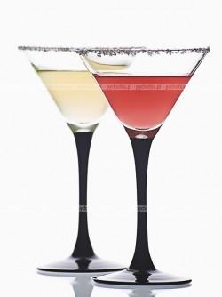 Drink z szampana, likieru ziołowego, likieru z gorzkich pomarańczy i ginu