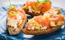 Jajecznica a kawałkami łososia na grahamce