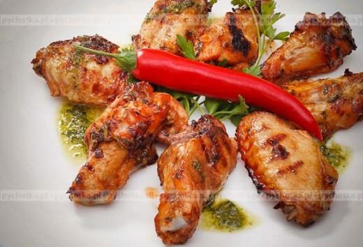 Pyszne skrzydełka kurczaka z grilla z ostrym sosem