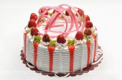 Pyszny tort z bitą smietaną i z truskawkami