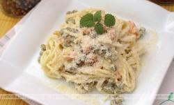 Spaghetti z szynką i zielonym groszkiem