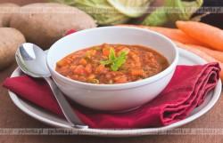 Zupa jarzynowa z kawałkami pomidorów