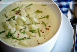 Zupa z cukinii pełna ziół