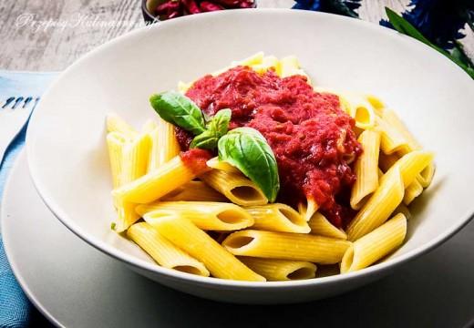 Penne z gęstym sosem pomidorowym