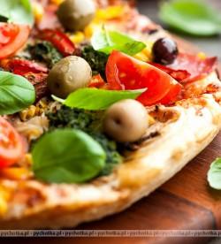 Pizza z pieczoną wieprzowiną , oliwkami i pomidorkami