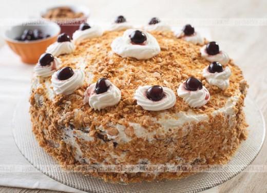 Kakaowy tort z orzechami i bitą śmietaną