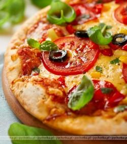 Pizza z pomidorami i czosnkiem