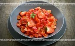 Makaron z sosem truskawkowym