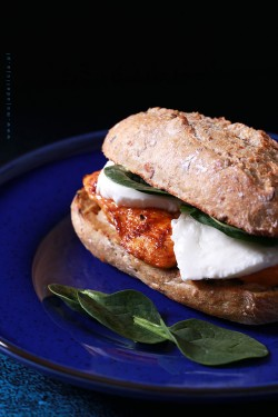 Domowy burger z kurczakiem i mozzarellą Moja Delicja – Przepisy kulinarne