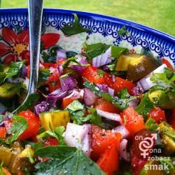 sałatka z ogórków małosolnych i pomidorów – zobacz ich smak