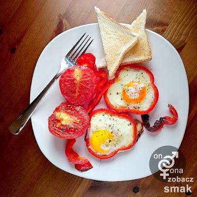 jajka na czerwono z grillowanymi pomidorami – zobacz ich smak