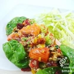 sałatka z wędzonym łososiem i szpinakiem – zobacz ich smak