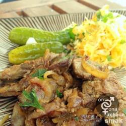 tradycyjna wątróbka drobiowa z cebulą – zobacz ich smak