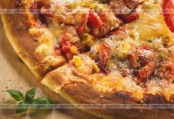 Pizza z papryką i zielonym groszkiem