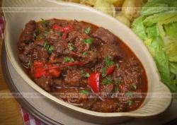 Wołowina duszona z papryką i pomidorami