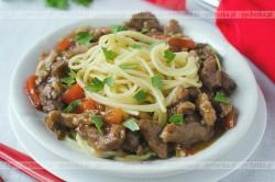 Makaron z wieprzowiną chili