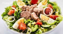 Sałatka z tuńczyka, jajka i pomidorów