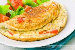 Omlet z pomidorami i cebulą