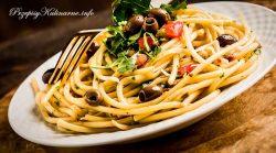 Spaghetti z oliwkami i pomidorami