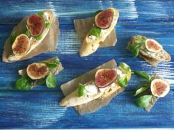 Bruschetta z kozim serem, figą i roszponką