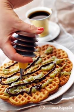 Chrupiące gofry z espresso z puree z kiwi i polewą z czekolady