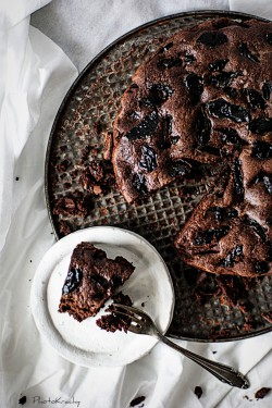 Ciasto czekoladowe z suszonymi śliwkami i brandy
