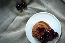 Domowe lody czekoladowe z wiśniową polewą