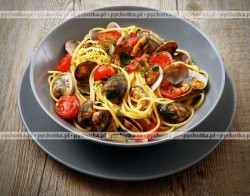 Muszelki z małżami w pomidorach