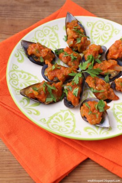 Omułki z pikantnym sosem pomidorowym