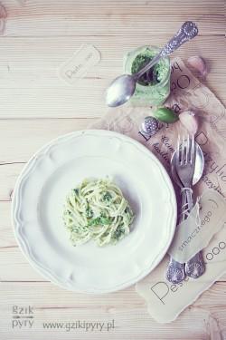 Pesto z bazylii, mozzarelli i orzechów laskowych