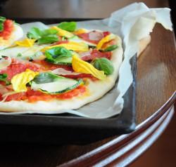 Pizza z salami, cukinią i bazylią