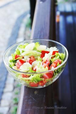 Sałatka z sałatą lodową, ogórkiem i pomidorem