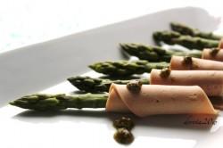 Szparagi na parze z bazyliowym pesto otulone szynką sojową
