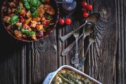 Warzywne lasagne ze szparagami i sałata z ciabaty z pomidorami