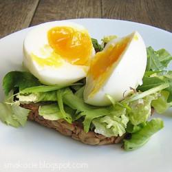 Złotem płynące jajko na sałacie i grzance