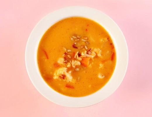 Zupa kalafiorowa z papryką i czerwonym ryżem