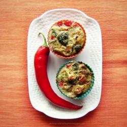 Dietetyczne warzywne kubełki z fetą i pepperoni