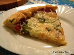 Pizza z salami i serowymi brzegami