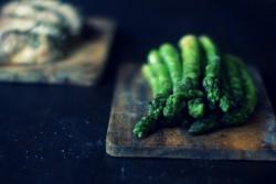 Pieczony karczek, ze szparagami i sosem chrzanowym