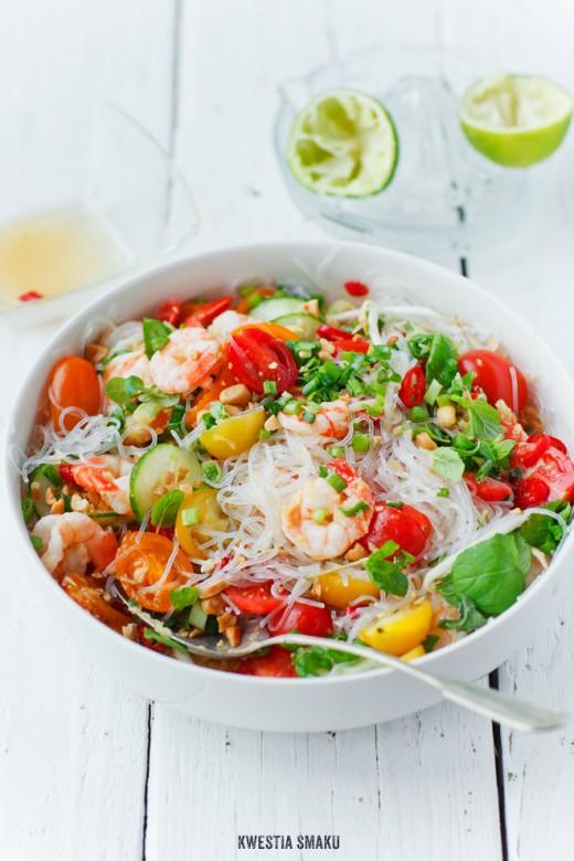 Tajska sałatka z makaronem ryżowym