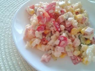 Sałatka ryżowa z szynką konserwową